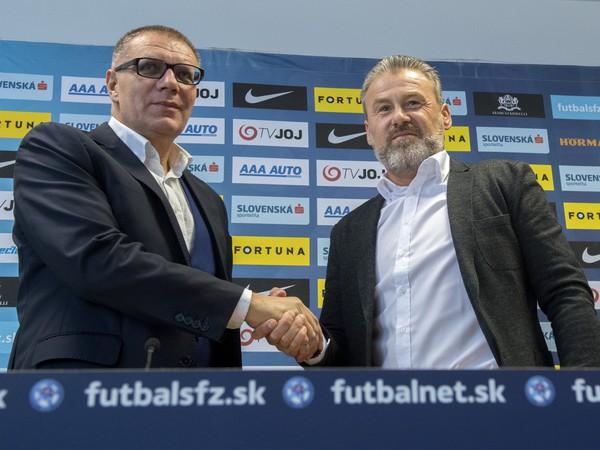 prezident Slovenského futbalového zväzu (SFZ) Ján Kováčik a nový tréner slovenskej futbalovej reprezentácie Pavel Hapal