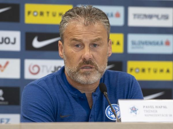 Na snímke tréner slovenskej futbalovej reprezentácie Pavel Hapal počas tlačovej konferencie pred priateľským stretnutím s Jordánskom