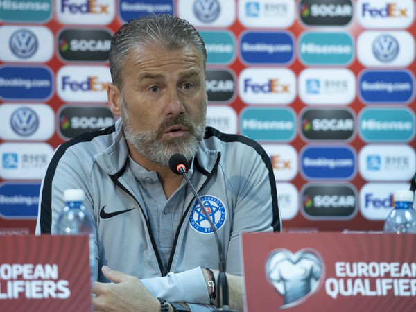 Na snímke tréner slovenskej futbalovej reprezentácie Pavel Hapal počas tlačovej konferencie pred utorňajším kvalifikačným stretnutím Azerbajdžan - Slovensko