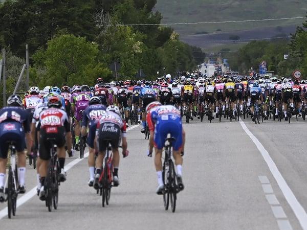 Cyklistický pelotón počas 8. etapy cyklistických pretekov Giro d'Italia na trati Foggia - Guardia Sanframondi, dlhej 170 km v talianskom meste Foggia