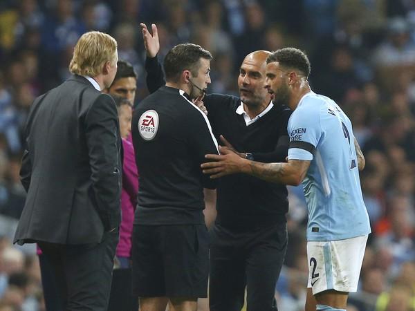 Pep Guardiola a Kyle Walker v diskusii s rozhodcom po červenej karte hráča Citizens