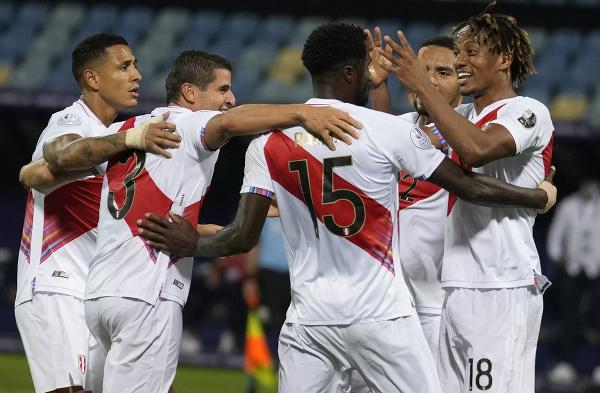 Futbalisti Peru sa tešia po vlastnom góle Yerryho Minu