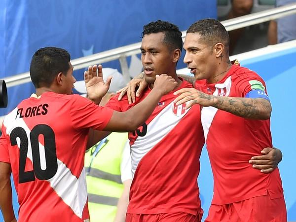 Futbalisti Peru sa tešia po strelení gólu v zápase základnej C-skupiny Austrália - Peru