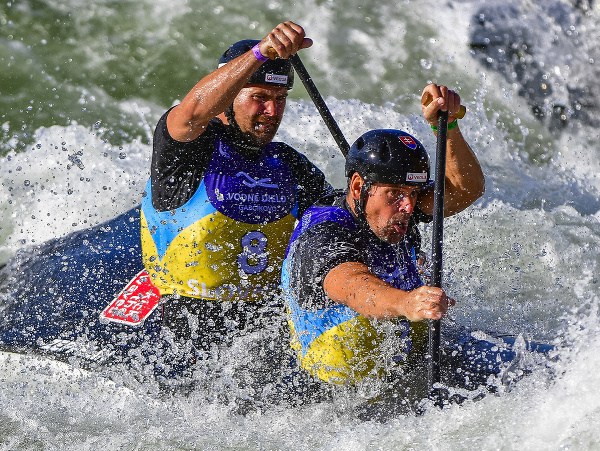 Na snímke slovenskí reprezentanti Pavol a Peter Hochschornerovci počas finále šprintu C2 na majstrovstvách sveta vo vodnom slalome v Areáli vodných športov Divoká voda v bratislavskom Čunove