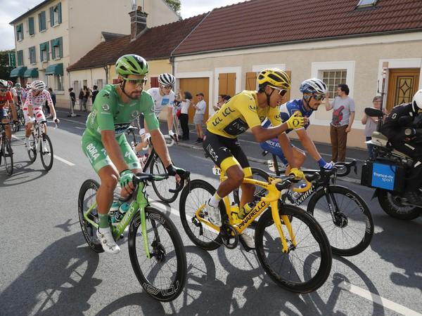 Na snímke zľava slovenský cyklista Peter Sagan v zelenom drese vedúceho pretekára v priebežnom poradí v bodovacej súťaži, kolumbijský cyklista Egan Bernal v žltom drese vedúceho pretekára v priebežnom poradí a francúz Julian Alaphilippe jazdia spolu