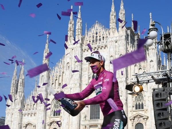 Peter Sagan oslavuje v cyklámenovom drese