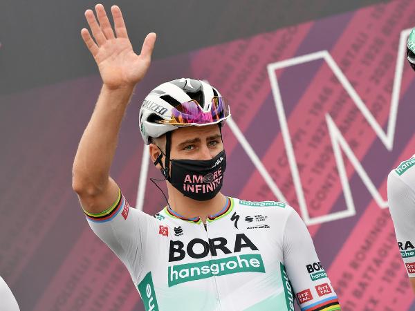 Peter Sagan máva fanúšikom pred začiatkom druhej etapy Gira