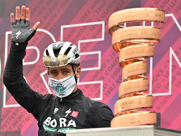 lovenský cyklista Peter Sagan z tímu Bora-Hansgrohe stojí pri trofeji pred začiatkom 3. etapy cyklistických pretekov Giro d'Italia
