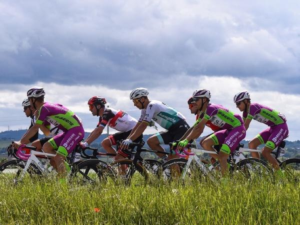 Peter Sagan (v strede) počas etapy Giro d'Italia