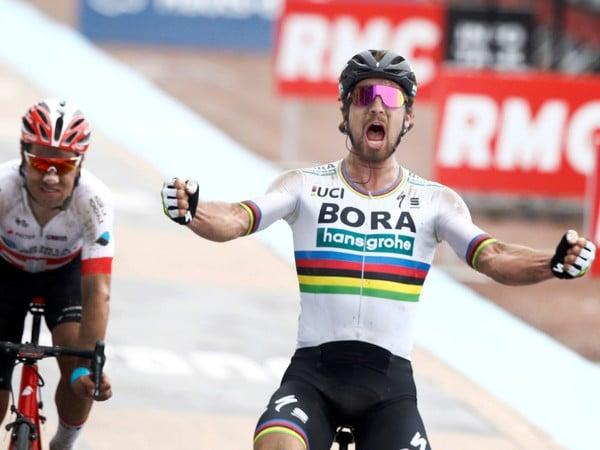 Slovenský cyklista Peter Sagan (vpravo) triumfoval na treťom monumente sezóny, 116. ročníku Paríž - Roubaix