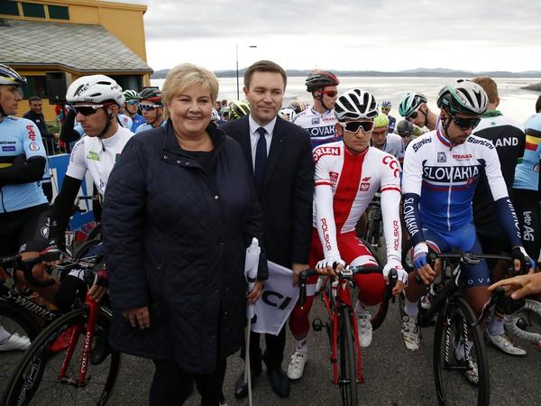 Slovenský cyklista Peter Sagan (vpravo) si podáva ruku s prezidentom UCI David Lappartient (vľavo) pred štartom preteku