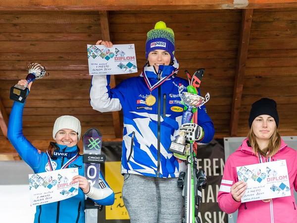 Víťazky v kategórii slalom žien na stupni víťazov, zľava: Tereza Jančová na 3. mieste, Petra Vlhová na 1. mieste a Zuzana Jakubčová na 2. mieste po preteku majstrovstiev Slovenska (MS) v zjazdovom lyžovaní v lyžiarskom stredisku Vrátna.