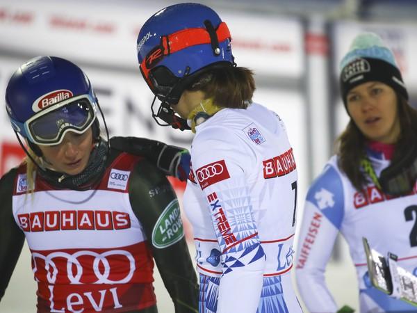 Petra Vlhová (uprostred) sa rozpráva s Američankou Mikaelou Shiffrinovou
