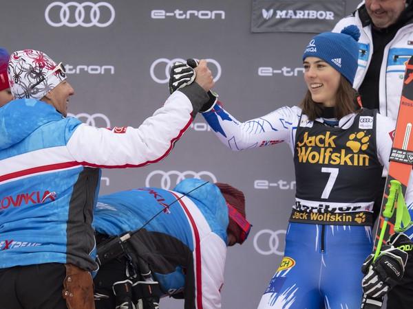 Livio Magoni gratuluje Petre Vlhovej k triumfu