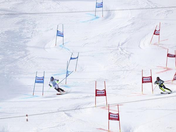 Slovenská lyžiarka Petra Vlhová (vľavo) a Švédka Anna Swennová-Larssonová vo  finále paralelného slalomu žien