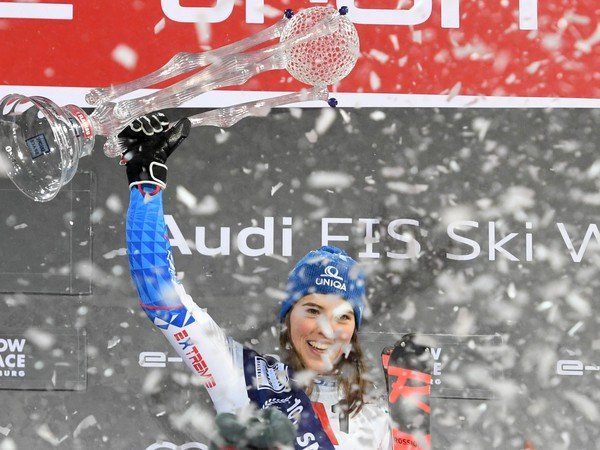 Petra Vlhová zvíťazila v nočnom slalome Svetového pohára žien v rakúskom Flachau. Vlhová tak opäť získala trofej Salzburskej princeznej snehového vesmíru