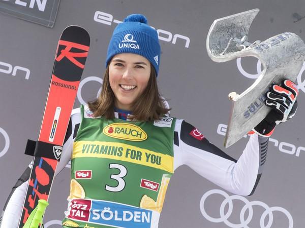 Na snímke slovenská lyžiarka Petra Vlhová skončila v prvej súťaži novej sezóny zjazdárskeho Svetového pohára v obrovskom slalome žien na treťom mieste v rakúskom Söldene