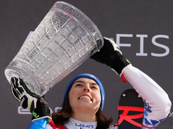 Petra Vlhová s trofejou za víťazstvo v slalome žien Svetového pohára v slovinskej Kranjskej Gore