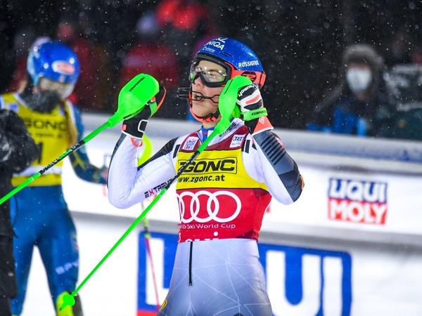 Petra Vlhová a jej víťazné oslavy v cieli pretekov, v pozadí s jednotkou druhá Mikaela Shiffrinová