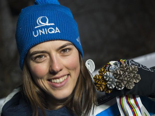 Na snímke slovenská lyžiarka Petra Vlhová pózuje s kompletnou zbierkou medailí po slalome na majstrovstvách sveta v alpskom lyžovaní
