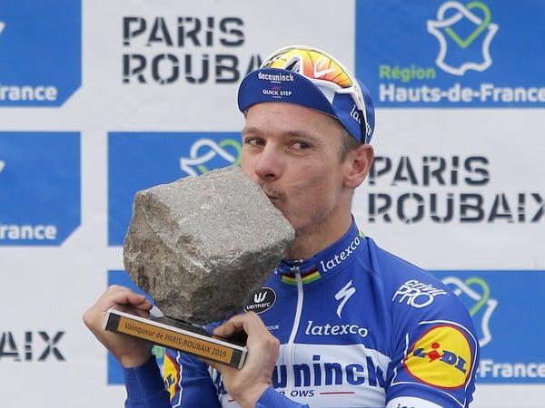 Belgičan Philippe Gilbert sa teší z triumfu na 117. ročníku Paríž - Roubaix