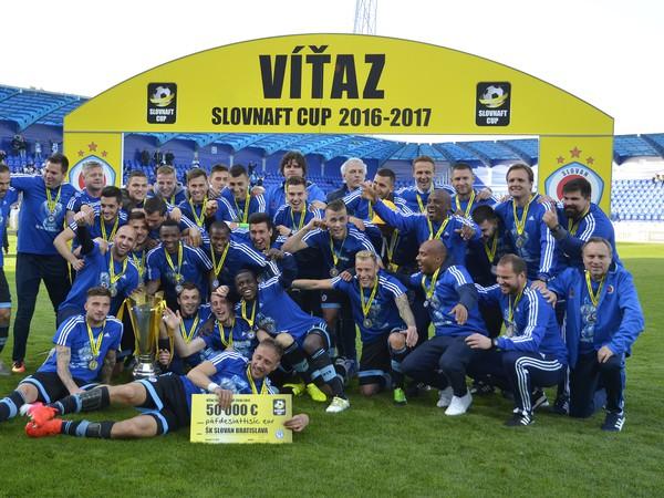 Mužstvo ŠK Slovan Bratislava po skončení finálového zápasu Slovnaft Cup-u