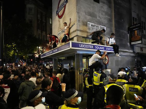 Vyčíňajúci anglickí fanúšikovia a zasahujúca polícia