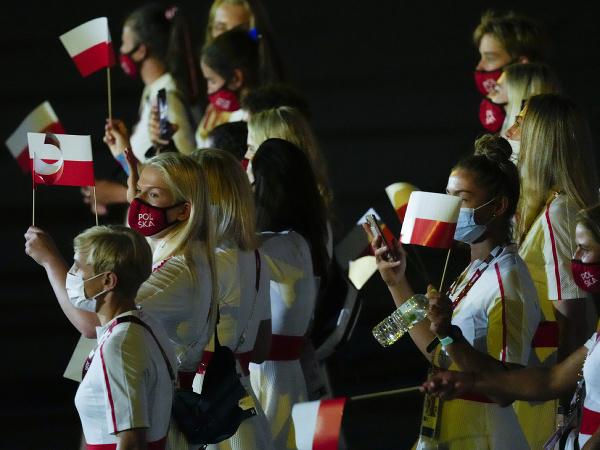 Poľskí športovci počas slávnostného otvorenia LOH v Tokiu