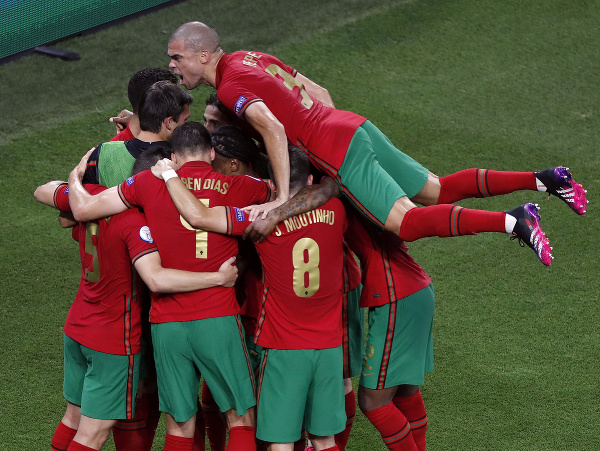 Radosť portugalských hráčov po strelenom góle