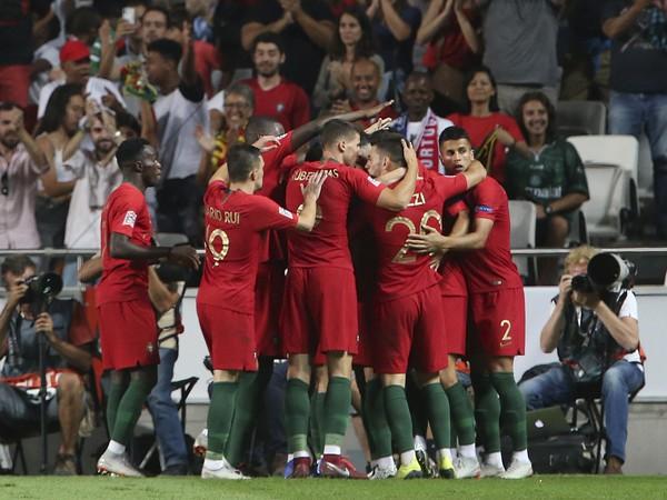 Portugalskí futbalisti sa tešia po strelení úvodného gólu v zápase proti Taliansku