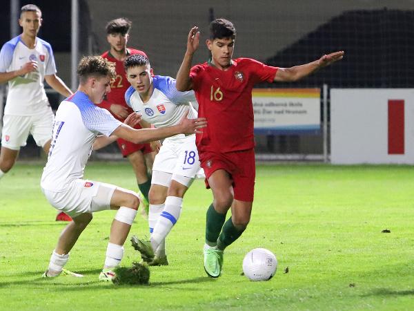 Na snímke zľava Branislav Spáčil, Gabriel Halabrín (obaja Slovensko) a Mateus Goncalo (Portugalsko) v prípravnom medzištátnom zápase turnaja UEFA hráčov do 19 rokov