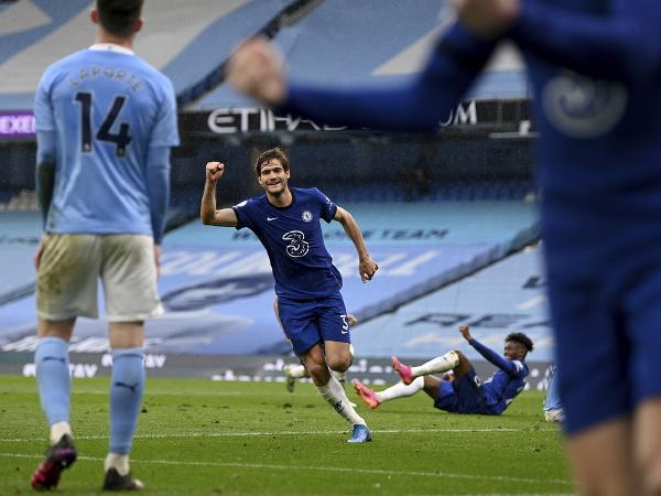 Marcos Alonso oslavuje víťazný gól