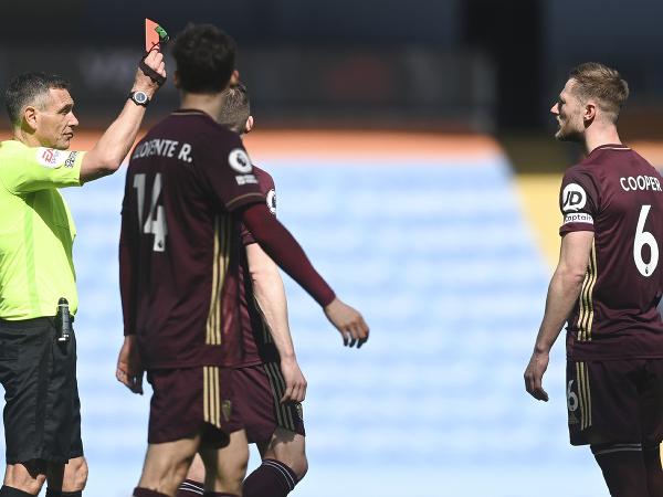 Liam Cooper dostáva červenú kartu za faul na Gabriela Jesusa