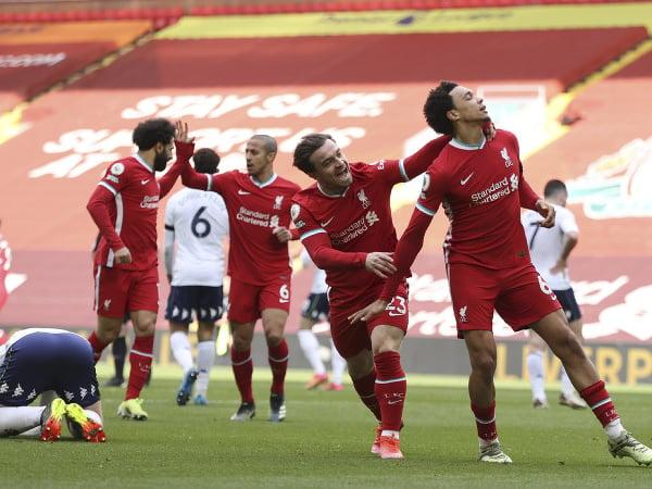 Trent Alexander-Arnold a Mohamed Salah oslavujú gól