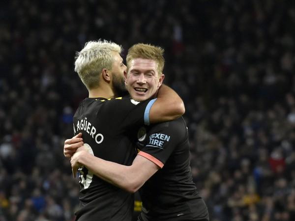 Sergio Agüero a Kevin de Bruyne oslavujú gól City