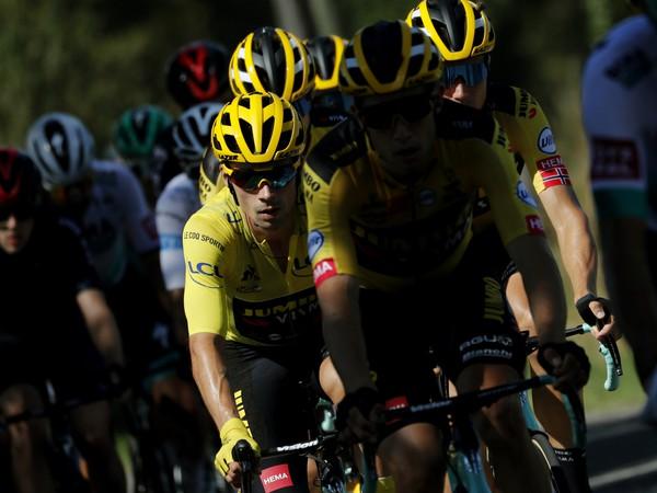 Slovinský cyklista Primož Roglič (Jumbo-Visma) v žltom drese vedúceho pretekára