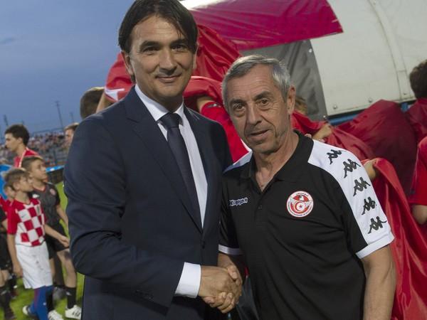 Zlatko Dalić a Alain Giresse pri trénerskom podaní rúk