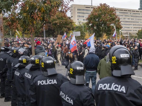 Ultras futbaloví fanúšikovia protestujú v sobotu pred Úradom vlády SR.