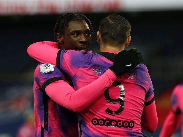 Moise Kean a Mauro Icardi oslavujú gól PSG