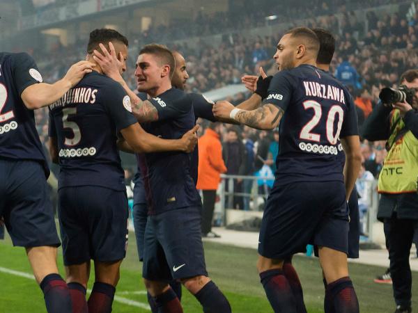 Marco Verratti a Marquinhos (v strede) oslavujú gól so spoluhráčmi