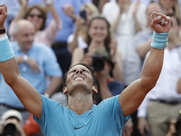 Španielsky tenista Rafael Nadal oslavuje po jeho výhre nad Rakúšanom Dominicom Thiemom vo finále grandslamového tenisového turnaja Roland Garros