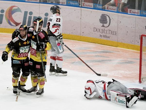 Prekonaný brankár Peter Hamrlík (Bratislava) a radujúca sa dvojica hokejistov Viedne Rafael Rotter (vľavo) a Fabio Artner