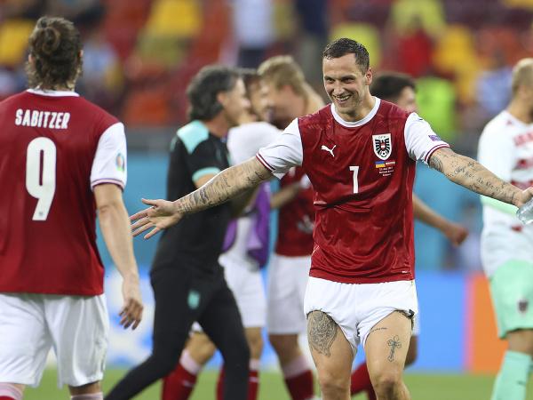 Rakúsky futbalista Marko Arnautovič (tvárou) sa teší po výhre 1:0 po záverečnom zápase základnej C-skupiny proti Ukrajine