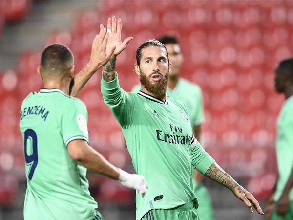 Sergio Ramos a Karim Benzema sa tešia z gólu