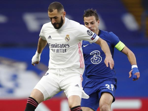 Na snímke vpravo hráč  Chelsea Cesar Azpilicueta a vľavo hráč Madridu Karim Benzema v odvete semifinále Ligy majstrov vo futbale Chelsea Londýn - Real Madrid