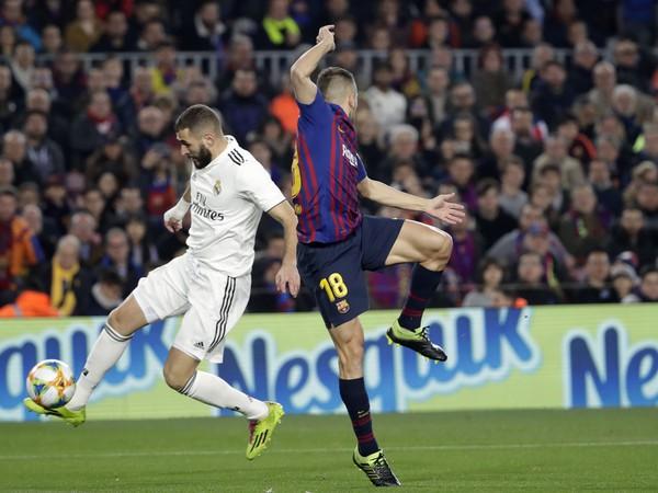 Hráč Realu Karim Benzema (vľavo) v súboji s Jordi Albom z Barcelony