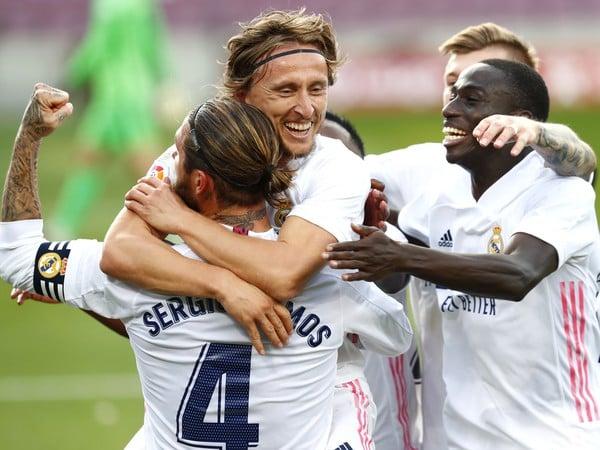 Futbalista Realu Madrid Luka Modrič sa teší so spoluhráčmi po strelení gólu