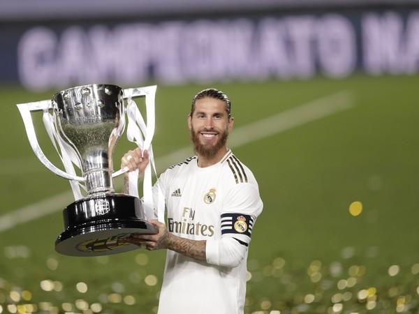 Sergio Ramos s trofejou šampióna La Ligy