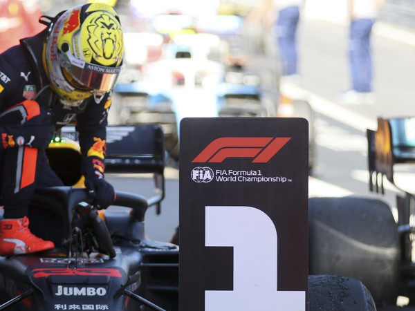 Holandský jazdec F1 Max Verstappen na Red Bulle oslavuje po jeho víťazstve pretekov nedeľňajšej Veľkej ceny Rakúska