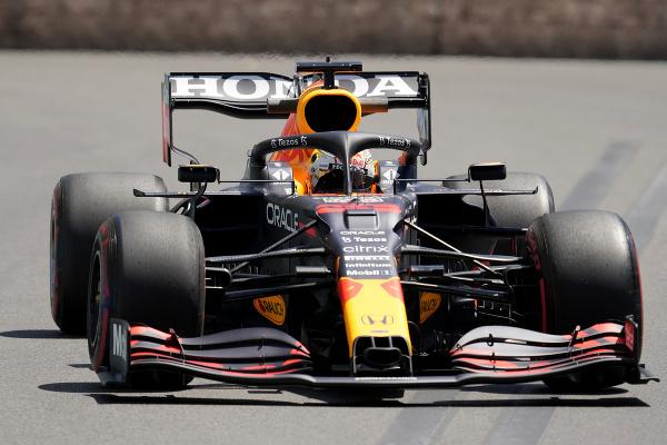 Max Verstappen počas piatkového tréningu pred Veľkou cenou Azerbajdžanu